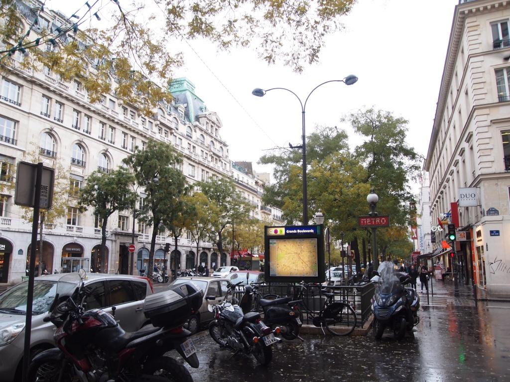 グランブールヴァール(Grand Boulevards)駅 メトロ出入口